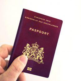 Eerste genderneutrale paspoort wordt uitgereikt